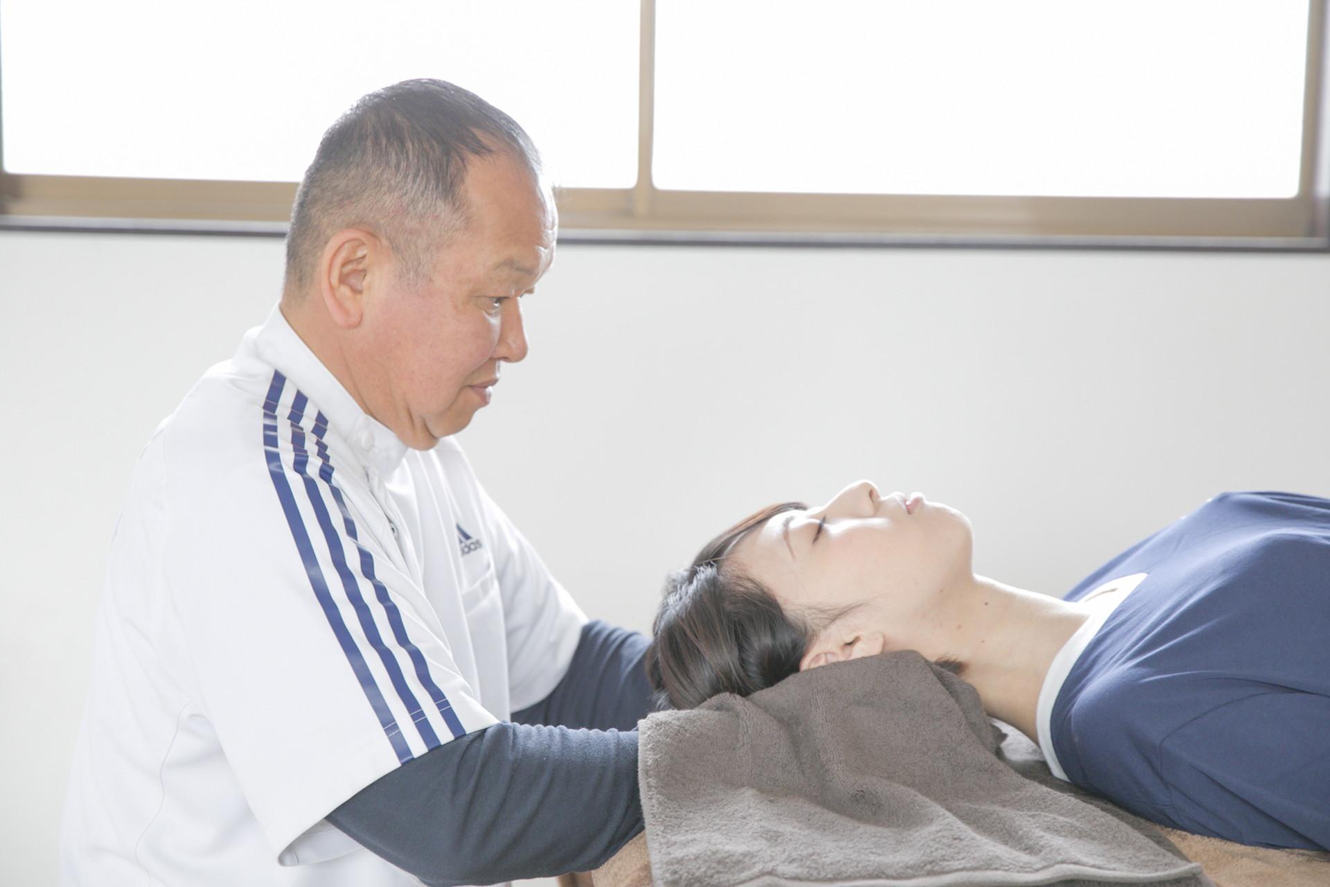 石井接骨院膝痛施術の様子