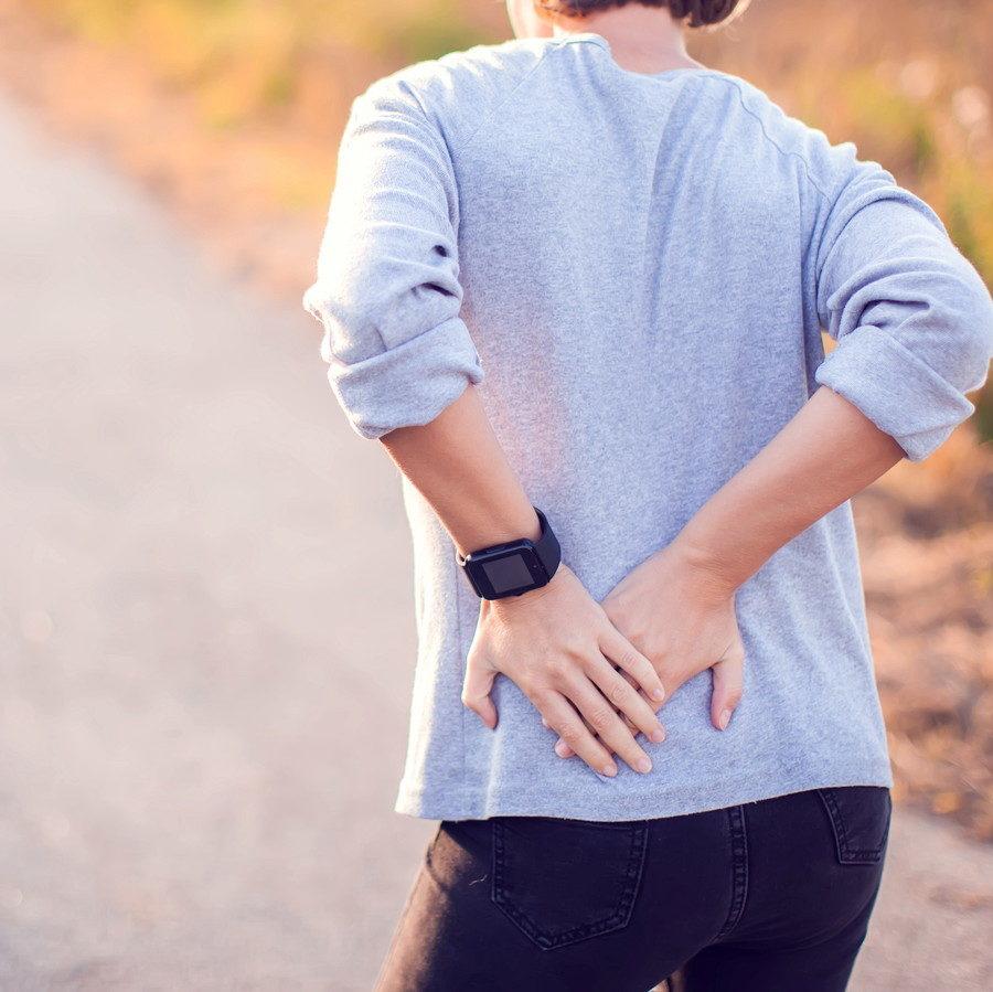 股関節を抑えている女性
