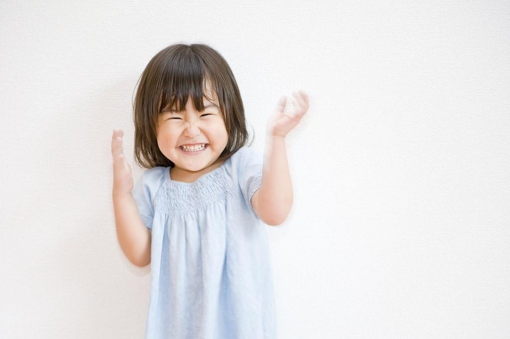 笑っている子どもの画像